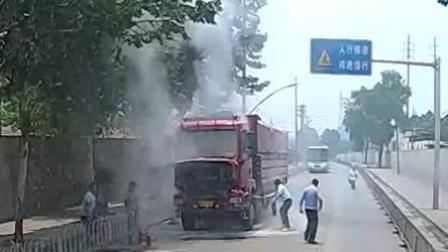 路遇货车自燃起火 公交司机侠义相助