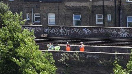 英国3人在铁道沿线涂鸦 遭火车撞击全部身亡