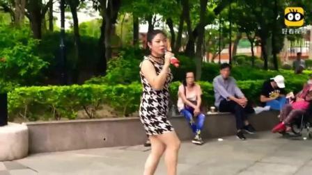 街头女歌手芯妮演唱《拥抱着你离去》好听极了