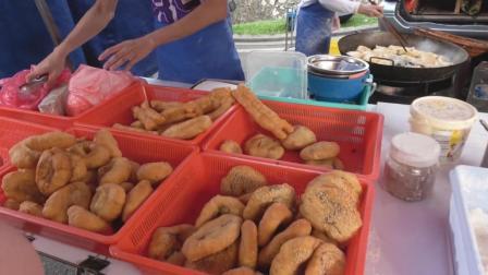 马来西亚夜市炸油条与炸油饼, 放了好多白芝麻, 看着就非常好吃