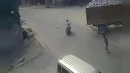 摩托车两男子遭货车碾压, 结果是天囊之别, 监控拍下了这惊人的一幕
