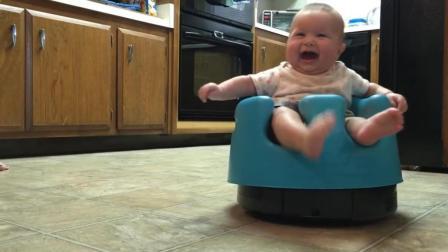 妈妈让宝宝坐在扫地机器人上, 接下来宝宝的反应让妈妈笑疯了