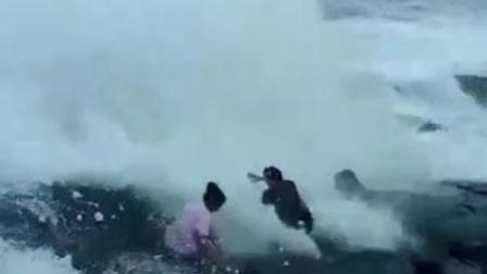 好友结伴坐礁石上自拍 巨浪打来1人瞬间消失