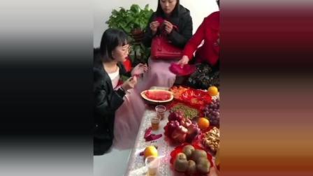 伴娘在吃水果, 不知道谁踩爆一个气球, 接下来伴娘的表情太可爱了