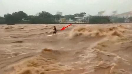 男子站在洪水中, 要不是网友拍下, 根本不知道他经历了什么