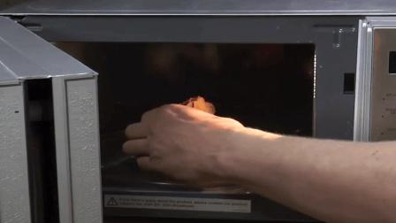 老外把微波炉改造成游戏机, 边烹洋葱边玩游戏, 2分钟都不想等?