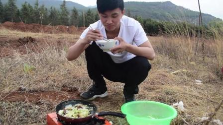 小伙自驾游饿了就在路边做饭吃, 省时又省钱