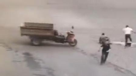 三轮撞车侧翻 被人扶起后自行狂奔再撞人