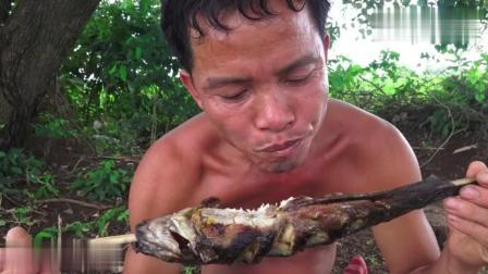 野外求生, 生存哥用土方法抓鱼, 这陷阱做太原始了, 效果太霸道啦