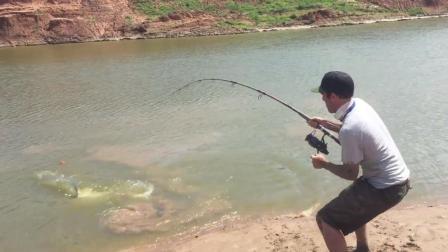 大鱼咬钩后, 水面不断冒出淤泥, 钓鱼男子察觉不对劲, 赶紧拿出绳子应对
