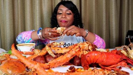 非洲大妈吃帝王蟹和大龙虾, 剥开就能吃到新鲜的肉, 特别解馋