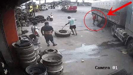 修理工给轮胎充气, 感觉不对劲撒腿就跑, 多年的经验救他一命!