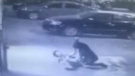 男子银行前遭歹徒伏击 被刀捅身亡