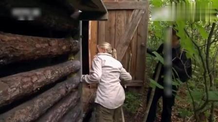 迈克夫妇栖身荒野, 睡在废弃的木屋里, 超酷的生火方式亮了