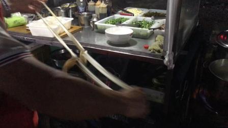 红烧肉丝面: 在街边小摊吃饭, 河南大哥做烩面, 一天能卖一百多碗, 去看看味道怎么样