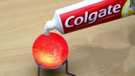 小伙把牙膏挤到1000度的铁球上, 牙膏竟直接掉落, 这是什么情况?