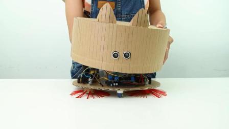 牛人用纸板制作了一个吸尘器机器人, 很实用!