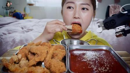 韩国美女吃货, 吃酥脆的炸鸡, 蘸点甜辣酱, 吃的太香了, 真馋人!