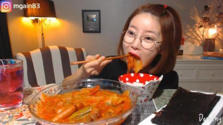 韩国萌妹子吃货, 吃一碗泡菜炖粉条, 吃的太香了, 看着真下饭