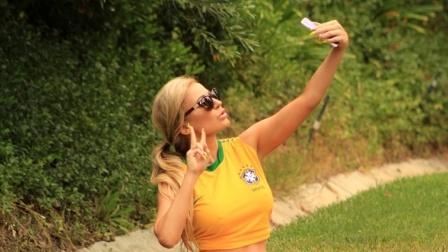 世界杯巴西模特着性感球衣自拍