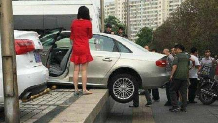 女司机刚出小区门撞上柱子, 事后在哪里玩起自拍, 网友: 心态好!
