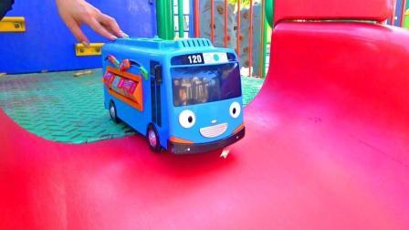 小巴士和挖土机玩具