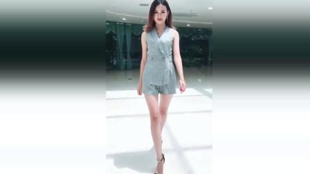 长腿美女晒自拍, 穿职业装真是太有魅力了!