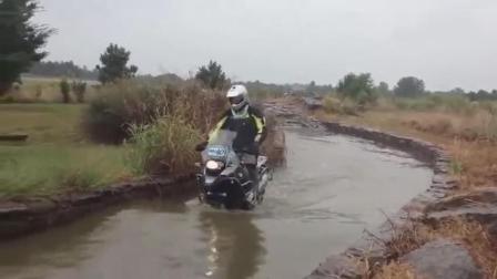 宝马摩托车到底值不值几十万? 遇到一个大水坑后你就知道了
