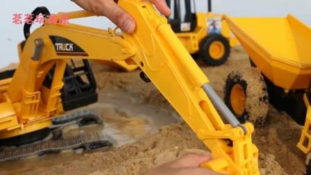 儿童玩具挖掘机水中工作视频表演 大卡车运沙土