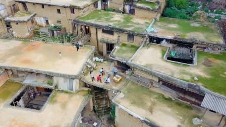 依山而建的云南古村, 千间房屋相连, 你家的屋顶就是我家的前院