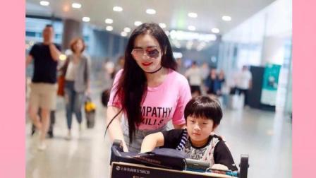 冉莹颖现身机场, 身穿开叉裙秀性感身材, 带俩娃变身超人妈