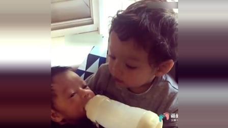 小哥哥给弟弟喂奶 开心得大笑