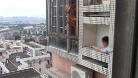 11岁熊孩子被困24楼墙外, 不怕, 有消防蜀黍在!