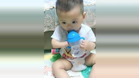 宝宝喝水只能一只手拿奶瓶, 接下来宝宝的反应让人看见很心疼!