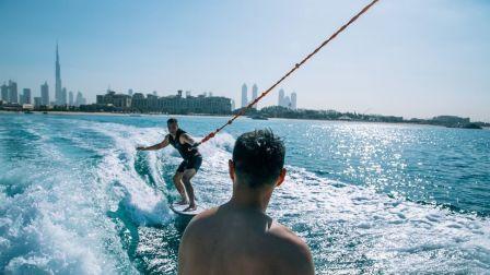 看杨祐宁和张孝全如何玩转迪拜水上项目,大秀运动力