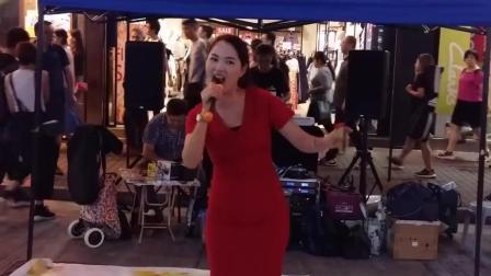 红裙美妇fiona夜香港惊艳开唱《走天涯》