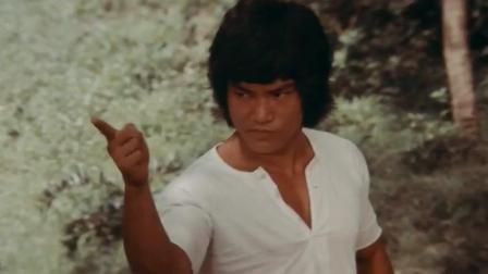 巨龙模仿李小龙以一敌三, 施展截拳道、单节棍、虎鹤双形、螳螂拳