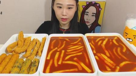 韩国大胃王卡妹, 吃两份超辣炒年糕和油炸什锦, 大口吃的超满足