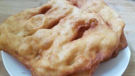 油炸饼色泽光亮香酥可口老少皆宜的休闲食品, 做法也十分简单!