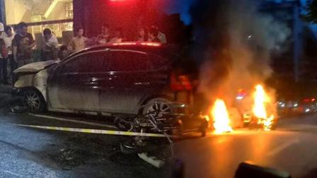 摩托街头燃烧殃及一旁小车 明火熊熊浓烟冲天