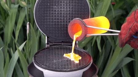 老外把1000℃熔铜浇到电饼铛上烙饼, 电饼铛能扛住? 千万别眨眼!