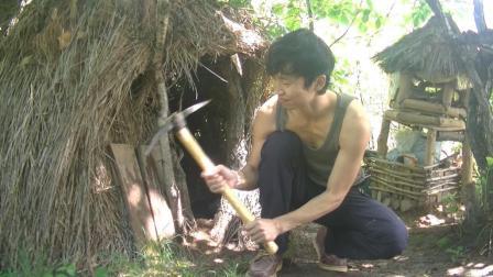 野外生存体验: 小哥用铁镐挖地, 种了一些苏子和土豆, 因为下雨的关系, 在帐篷里面避雨!