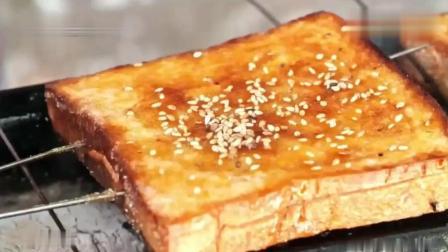 韩国大叔在中国东北路边发现木炭烤面包片, 金黄酥脆太好吃