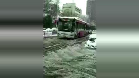 公交车一路鬼畜, 车上的人估计都要疯了!
