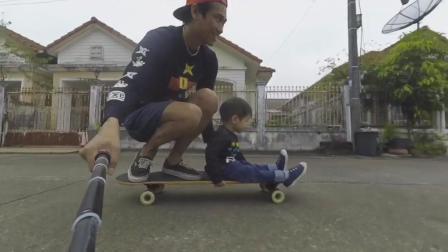 带着儿子划滑板还一边拍着自拍视频这感觉好刺激