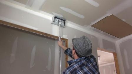 国外装修工人这刷墙技术厉害了! 一天粉刷500平方米墙壁