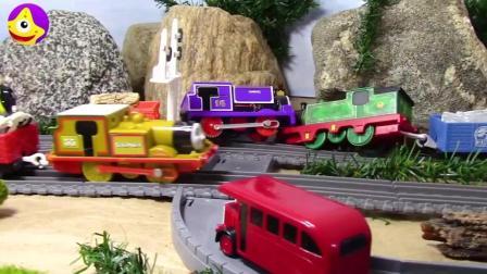托马斯小镇发生了事故 胖总管要迟到了, 托马斯和他的朋友们齐心协力帮助他