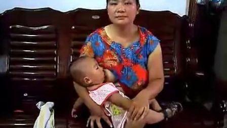 两个宝宝吃奶