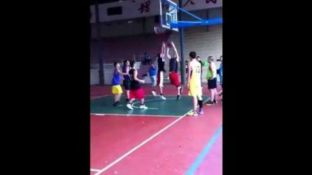 广州少华篮球培训成年班三人绕八字传球上篮训练中
