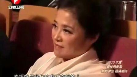"""安徽卫视""""2011国剧盛典""""跨年晚会,黄海波上台领奖被女主持人调戏"""
